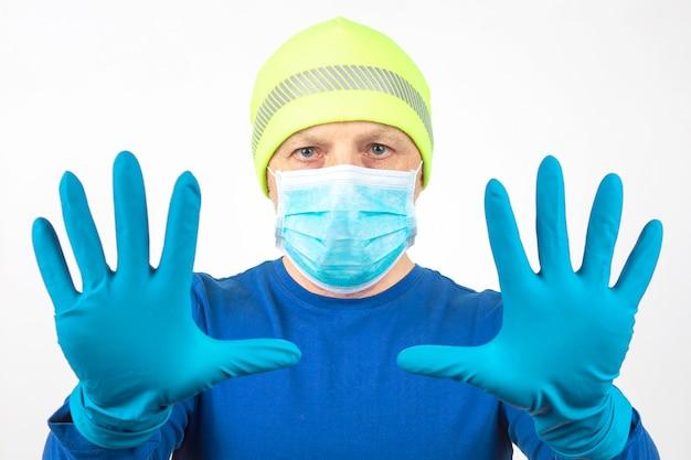 보호 장갑에 제기 손으로 의료 마스크에 남자의 초상화