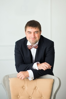 Портрет мужчины в костюме и галстуке-бабочке