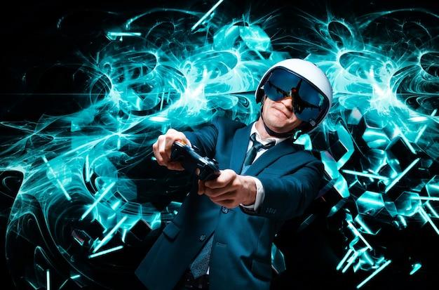 Портрет мужчины в костюме и шлеме летчика с джойстиком в руках. он с увлечением играет в компьютерную игру. игровое пространство. концепция игры.