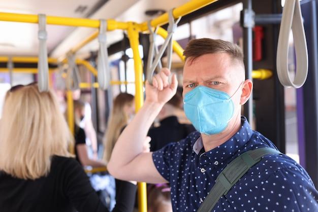 車室内の医療用保護マスクを着用した男性の肖像画