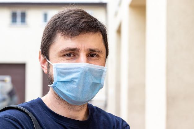 保護青い医療マスクの男の肖像