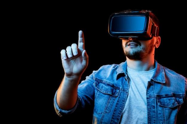 暗い背景に対して仮想現実の眼鏡、vrの男の肖像画。 Premium写真