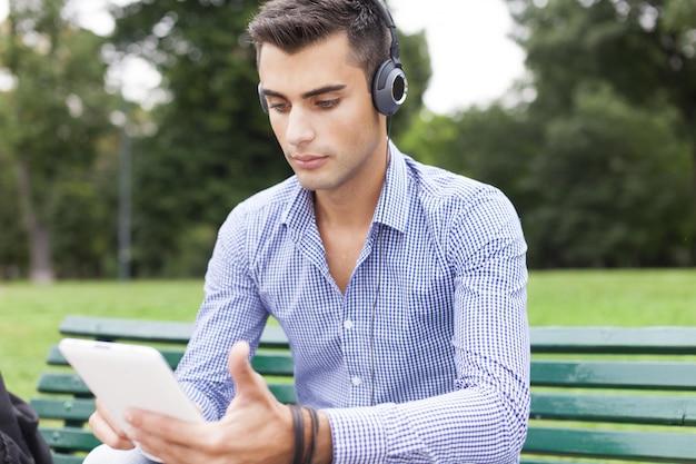 Портрет человека, прослушивающего музыку на открытом воздухе