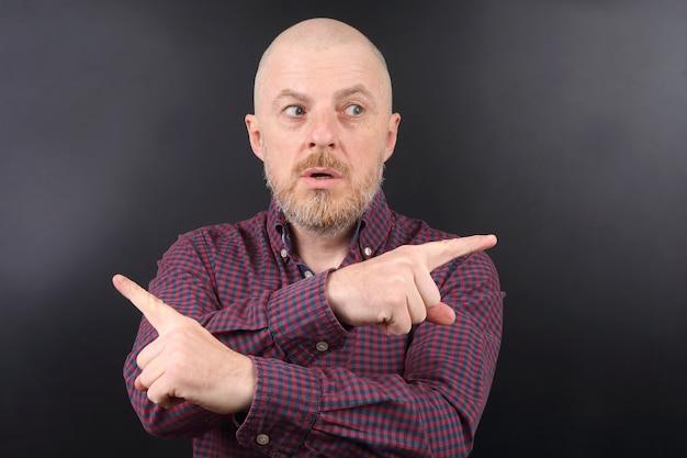 Портрет мужчины, указывая указательными пальцами в разные стороны
