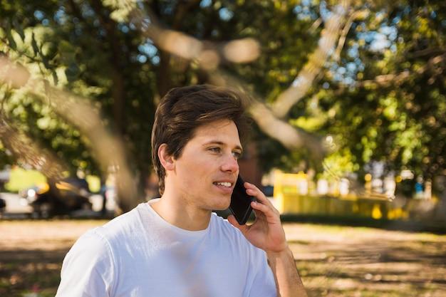 Портрет мужчины разговаривают по мобильному телефону