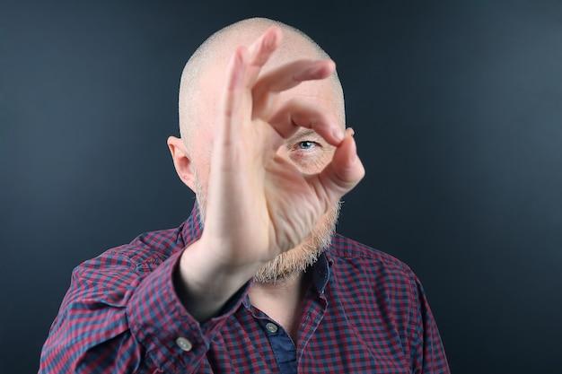 그의 손가락을 통해 찾고 수염을 가진 남자의 초상화