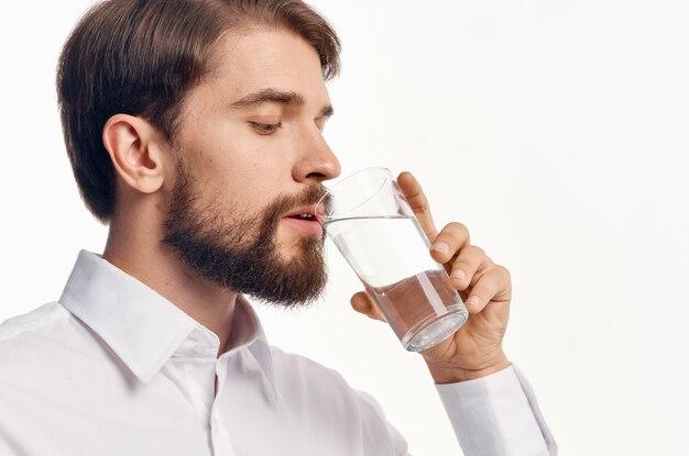 水の飲み物冷却ライトシャツモデルのガラスを持つ男の肖像画。