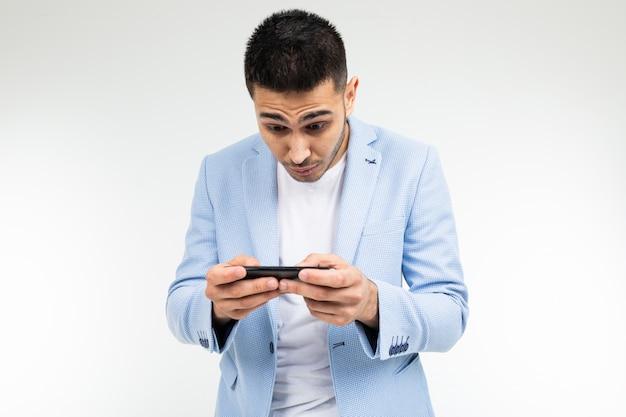手に携帯電話を持ってゲームをしている男の肖像画