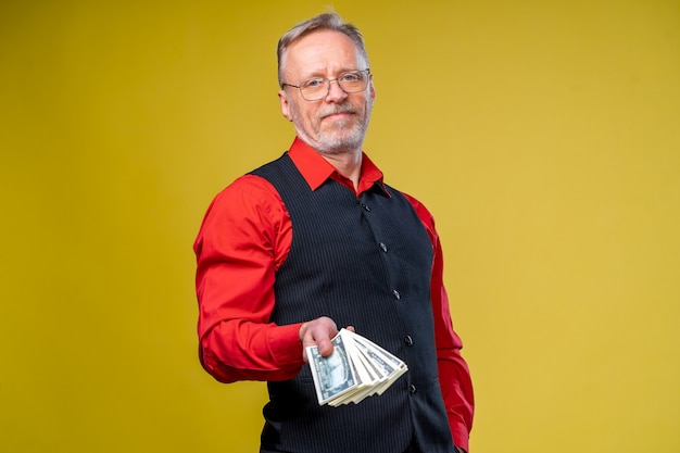 お金の束を持つ男の肖像画。