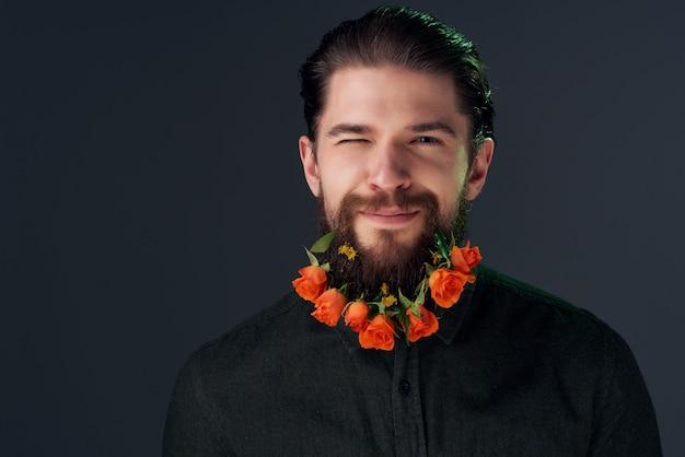 シャツのクローズアップでひげに花を持つ男の肖像画