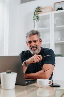 집에서 일하는 50대 회색 머리 남자의 초상화