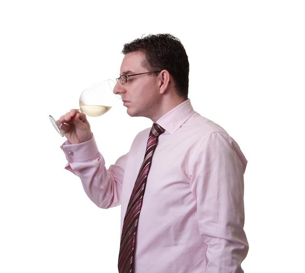 Портрет мужчины с галстуком, пахнущий бокалом белого вина