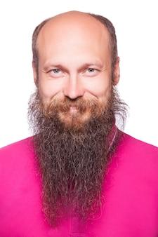 カメラに向かって笑っている成熟したひげを生やした幸せな男の肖像画。白い背景で隔離。