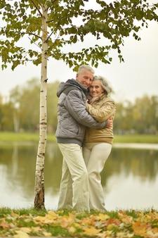 秋の公園で成熟したカップルの肖像画