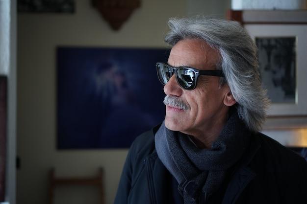 Портрет зрелого мужчины с длинными белыми волосами