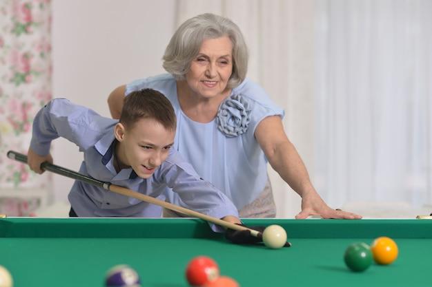 成熟した女性の肖像画孫とプールで遊ぶ