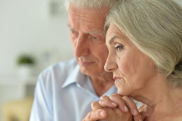 憂鬱な年配のカップルの肖像画をクローズアップ