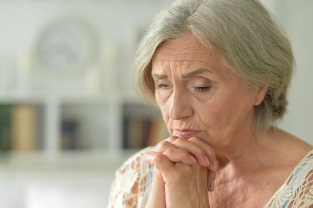憂鬱な年配の女性の肖像画をクローズアップ