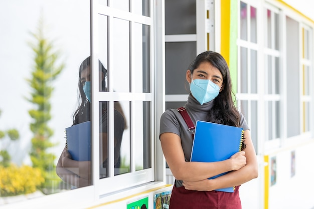 코로나바이러스 전염병 이후 얼굴 마스크를 쓴 멕시코 교사의 초상화