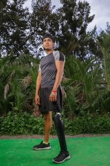 Портрет мексиканского молодого человека с протезом ноги на открытом воздухе