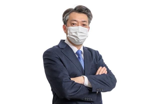 Портрет азиатского бизнесмена средних лет в белой маске.