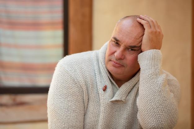 屋外の中年男性の肖像画。年配の悲しい男。