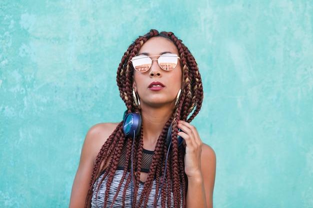 クールなメガネで混血の女性の肖像画