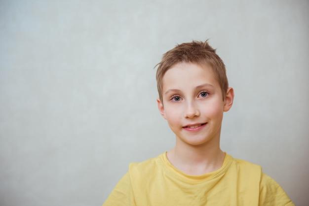 現代の10代の少年の肖像画。スタジオ撮影。若者文化