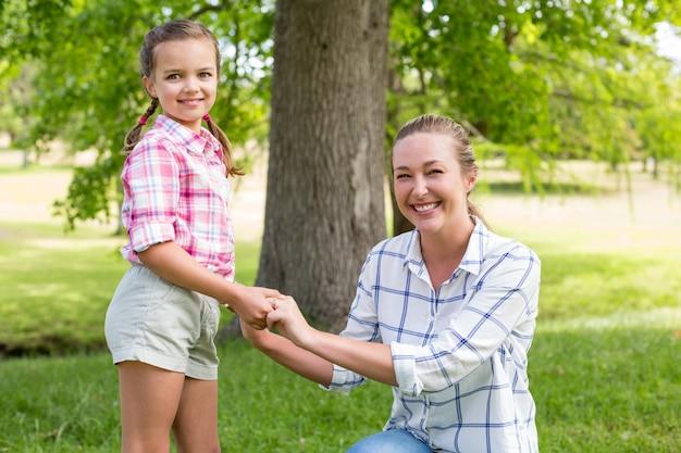公園で娘を抱く母親の肖像画