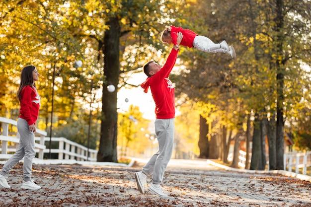 어머니의 초상화, 아버지 보유, 던지고 가을 날 휴가에 자연을 걷는 손에 딸을 돌립니다.