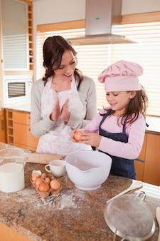 굽는 방법 그녀의 딸을 가르치는 어머니의 초상화