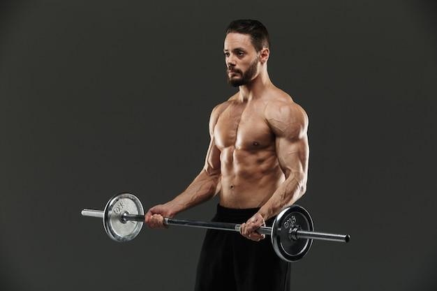 Портрет мотивированного мускулистого культуриста