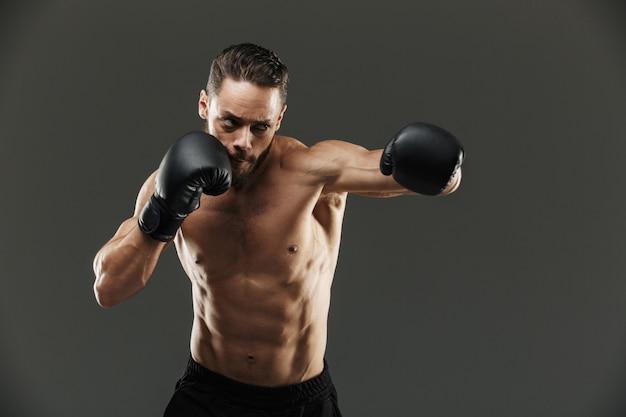 Портрет мотивированного мускулистого спортсмена