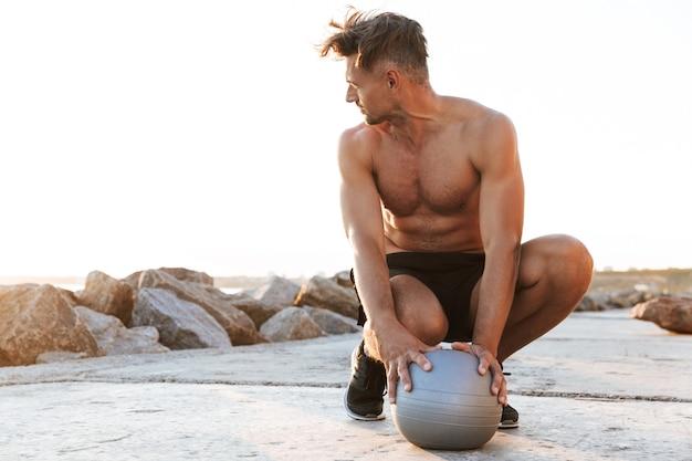 筋肉の上半身裸のスポーツマンの肖像画