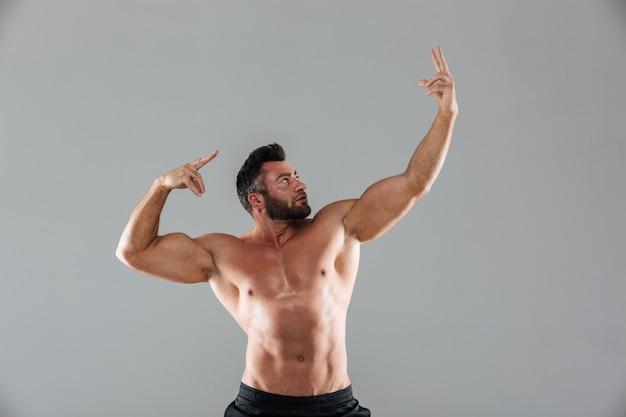 Портрет мускулистого сильного мужского культуриста без рубашки