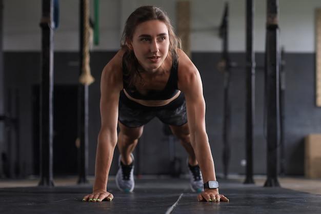Портрет мускулистой женщины на доске.