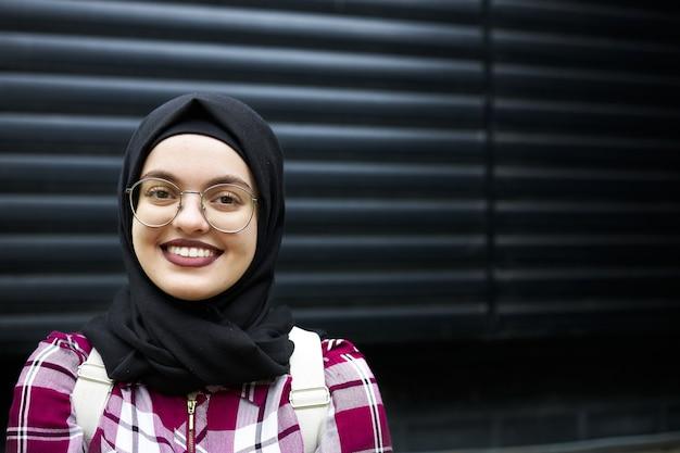 웃고 있는 이슬람 학생의 초상화