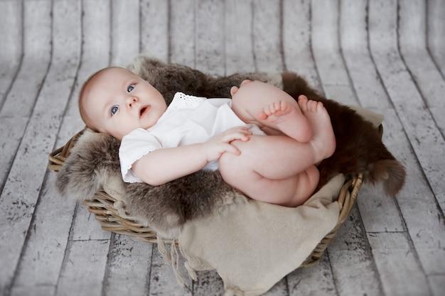 Портрет новорожденного мальчика. он спит в старом деревянном ящике. снято в студии на деревенском деревянном фоне.