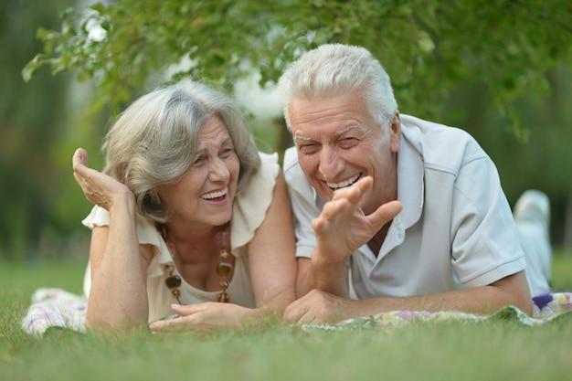 春の公園で素敵な成熟したカップルの肖像画