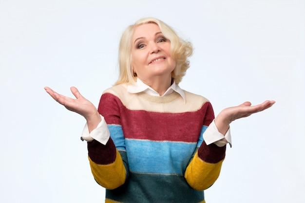 疑わしいジェスチャーを持つ素敵な年配の女性の肖像画