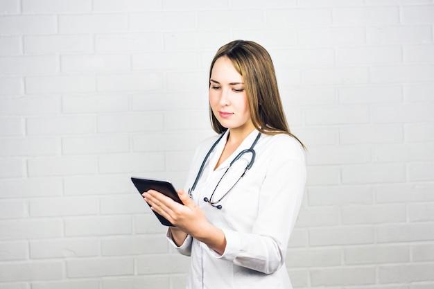 디지털 태블릿을 사용하는 간호사의 초상화