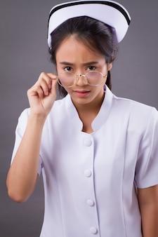 眼鏡をかけている看護師の肖像画