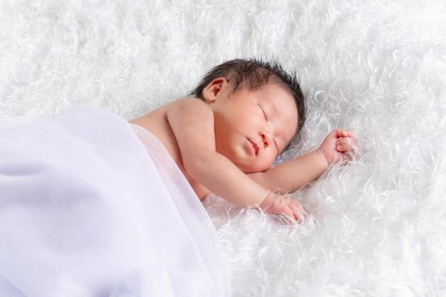 흰색 담요에 한 달 된 수면, 신생아 아기 소녀의 초상화