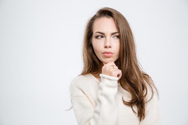 Портрет задумчивой женщины, глядя в сторону, изолированные на белом фоне