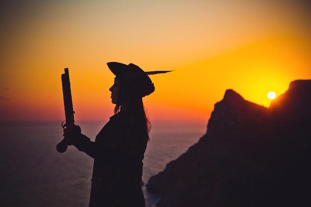 Портрет пиратской женщины на пляже