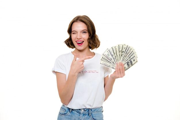 Портрет игривая девушка держит кучу денег банкнот