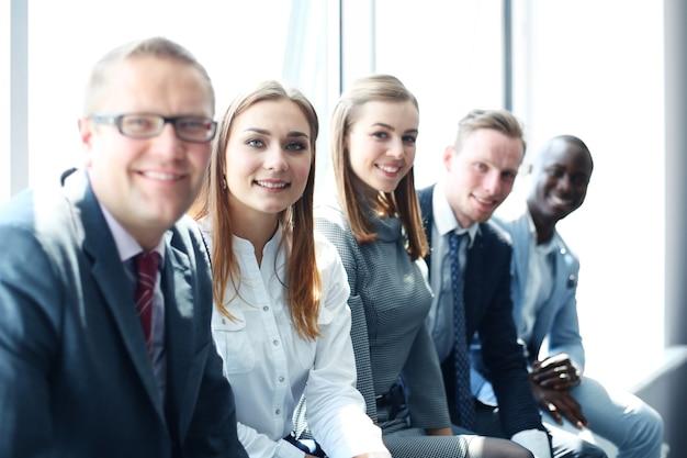 Портрет сотрудников позитивного бизнеса на деловой встрече в офисе.