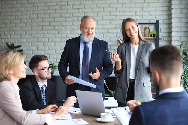 사무실 비즈니스 회의에서 긍정적인 비즈니스 직원의 초상화.