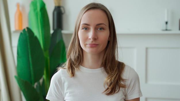 カメラを見ながら微笑む前向きな感情的な女性の肖像画