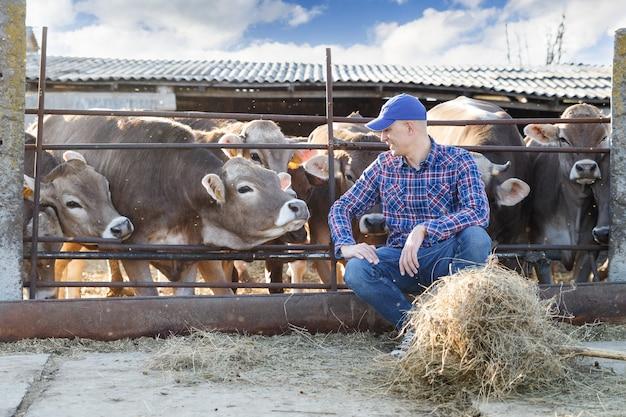 Портрет позитивного мужчины-фермера на ферме коров